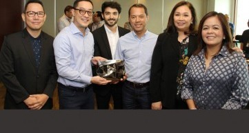ABS-CBN digital content publishing head Richard Reynante, president and CEO Carlo Katigbak, chairman Mark Lopez, COO of broadcast Cory Vidanes, and news and current affairs head Ging Reyes receive YouTube's Diamond Creator Award from country lead for YouTube content partnerships in the Philippines Pablo Mendoza (third from left)