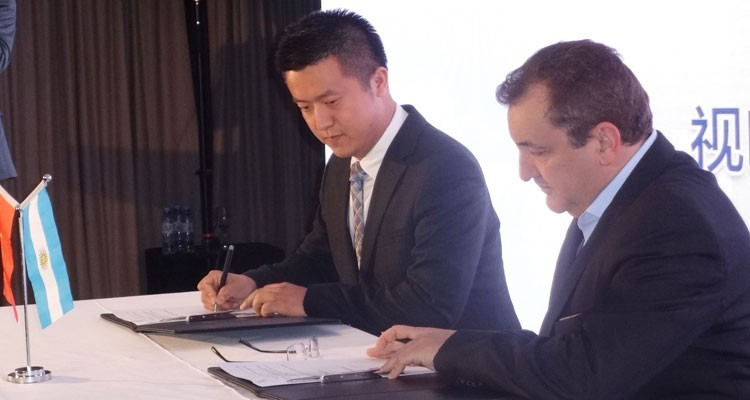 Sun Mulin, Director of Public Affairs at Startimes Group, during the signing ceremony with Roberto Lorenzi, general manager, Pol-ka